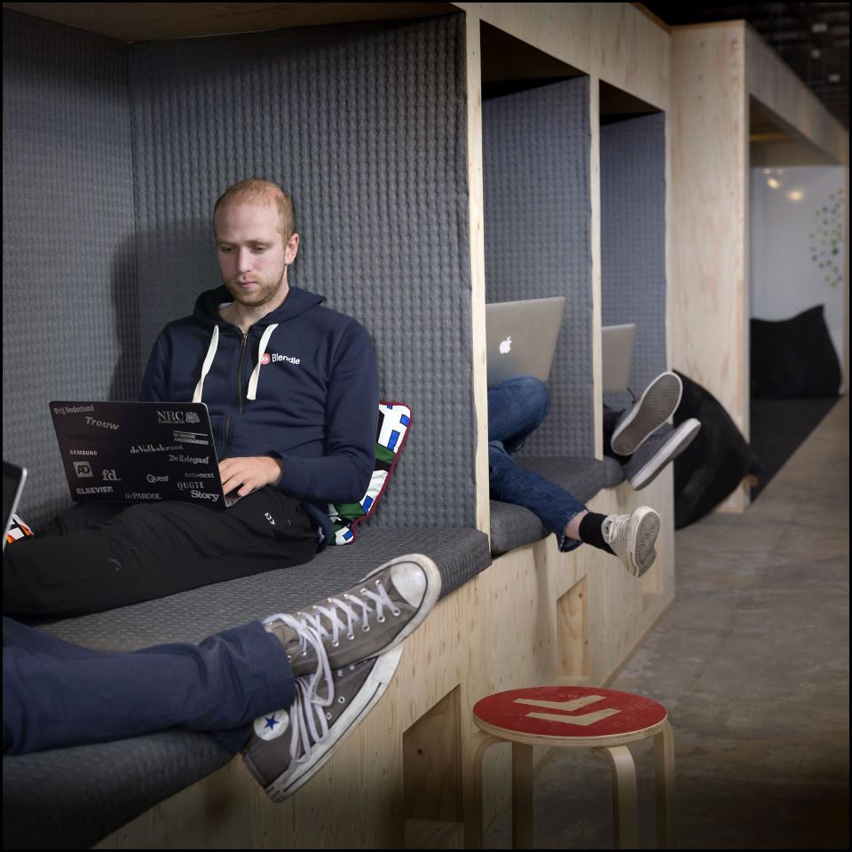 Marten Blankesteijn op een van de 'chill-werkplekken in het nieuwe Blendle-kantoor.' Foto: Werry Crone/Hollandse Hoogte.