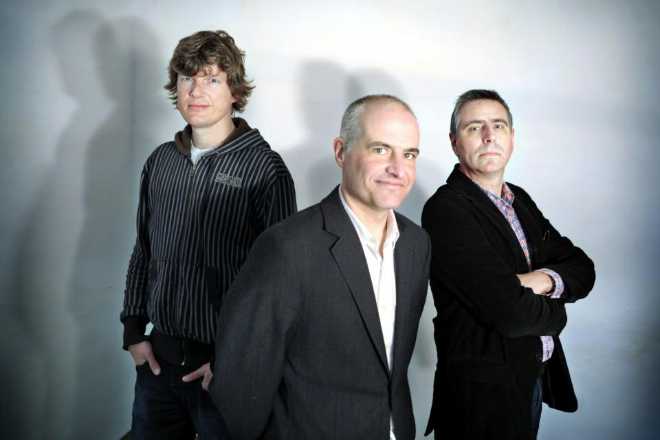 Arne van der Wal (rechts) met Eric Smit en Mark Koster, oprichters van Follow the Money. Foto: Joost van den Broek / Hollandse Hoogte.