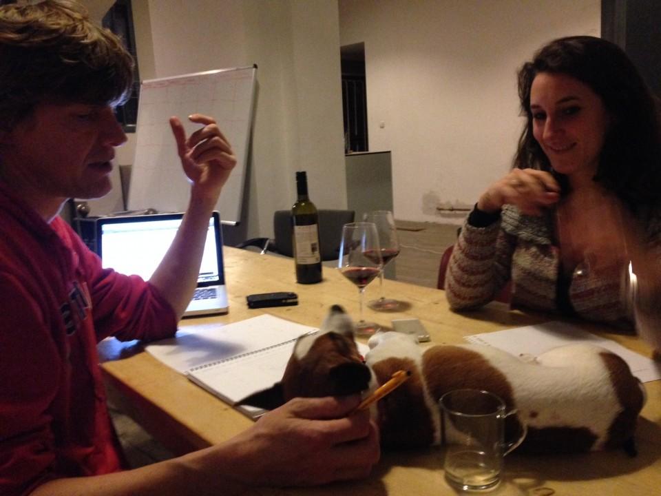 Met jack russell Pien op tafel, overleggen Eric Smit en Marie-Claire van Hessen over een mogelijke commercial op BNR Nieuwsradio.