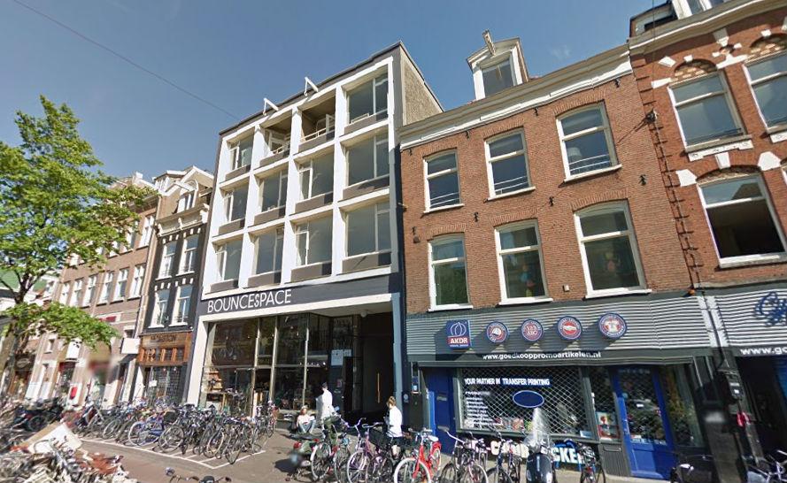 Het gebouw van BounceSpace aan de Amsterdamse Overtoom, waar Follow the Money nu zetelt. Foto: Google Streetview.