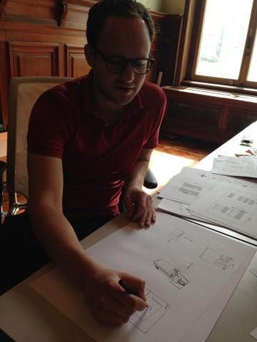 Werner Helmich van Frontwise maakt een schets om een idee te verduidelijken. Foto: Charlotte Govaert.