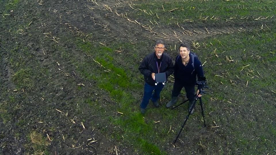 Het toestel vliegt een rondje, hangt even stil om een foto van ons te maken, en zoemt weer verder. Links: Van Uffelen. Rechts: uw vliegende reporter.