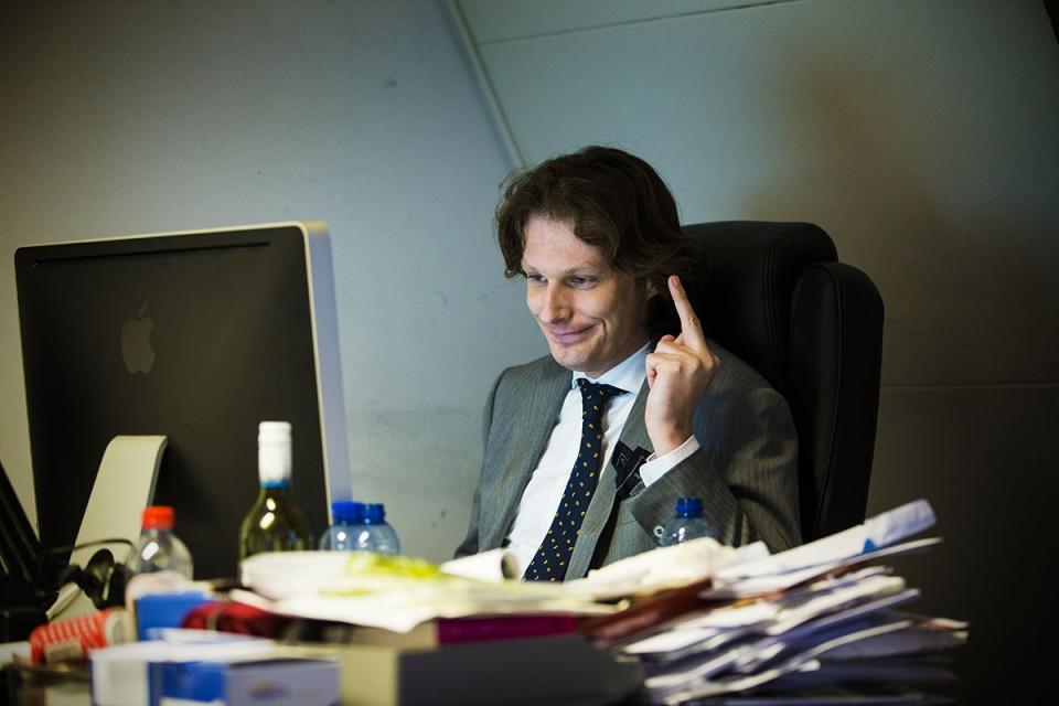 Bert Brussen in het redactielokaal in het West Indisch Huis, dat ThePostOnline inmiddels verlaten heeft. Foto: Maarten Brante.
