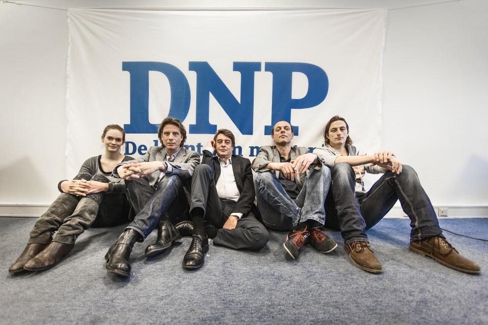 Het team van De Nieuwe Pers. Van links naar rechts: Annika Elschot, Alain van der Horst, Ben Rogmans, Jan Jaap Heij en Ties Joosten. Foto: Frank Groeliken (promotiefoto van DNP).