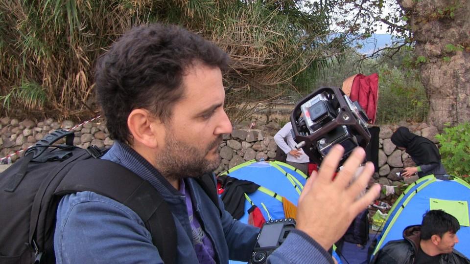 Eduardo van Scopic is bezig om de GoPro's operationeel te krijgen. Foto: Hans-Jaap Melissen.