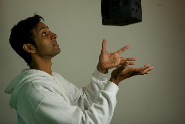 Avinash Changa jongleert met zijn zelfontwikkelde VR-camera.