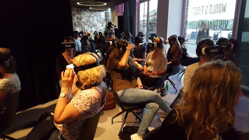 De bezoekers van de VR-bioscoop zitten als levende reclame voor het raam. Foto: Hans Jaap Melissen.
