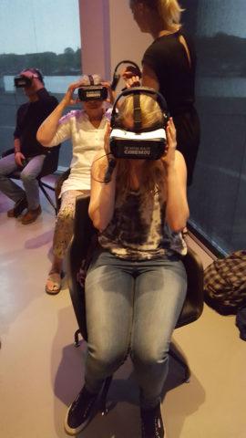 Het samen op stap gevoel is vrij gauw weg als je ondergedompeld bent in een VR-ervaring. Foto: Hans Jaap Melissen.