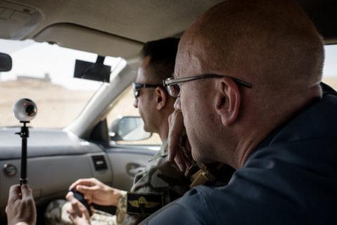 Hans Jaap Melissen filmt vanuit een auto in Irak.