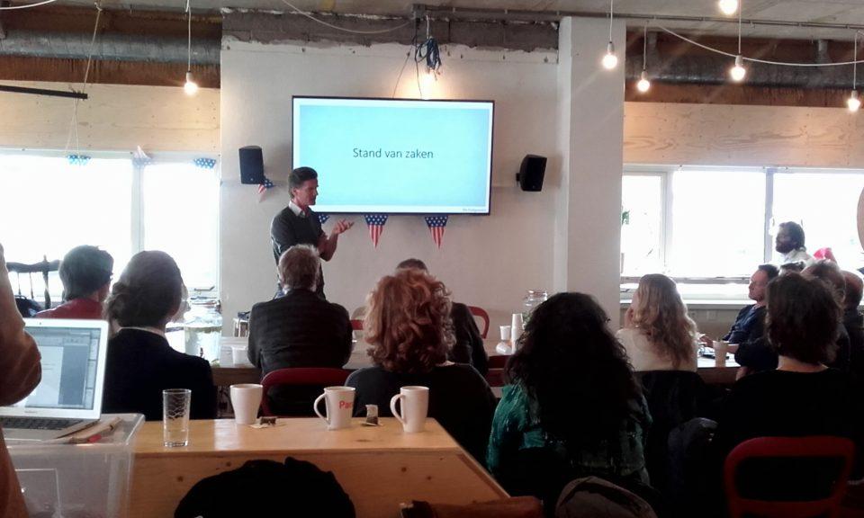 Teun Gautier introduceert De Cooperatie op de eerste informatiebijeenkomst in de kantine van het kantoor van Blendle.