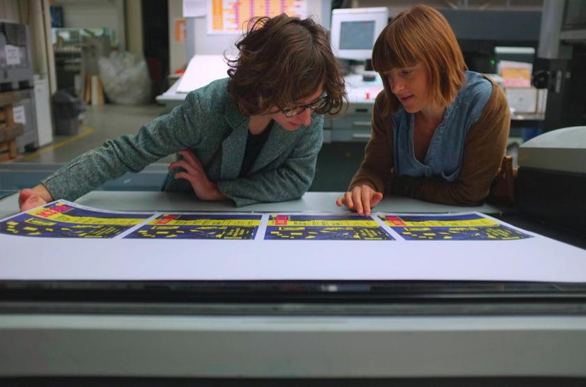 Céline Decamp en Ludi Loiseau controleren een drukproef van Médor. Foto: ???