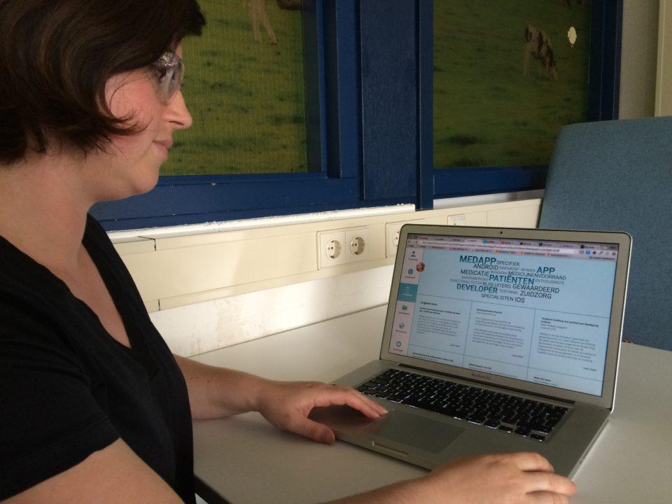 Hanna Zoon met op haar scherm de tool die voor journalisten samenvattingen maakt van persberichten.