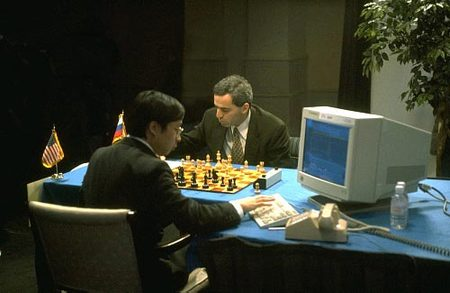 In 1997 schaakte wereldkampioen Garry Kasparov een officieel toernooi tegen IBM-schaakcomputer Deep Blue. Het was voor het eerst in de geschiedenis dat een computer officieel won van een wereldkampioen.