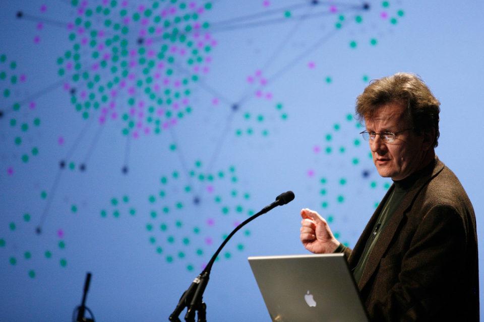 Valdis Krebs tijdens een presentatie over netwerkanalyse. Foto: Kris Krüg (CC).