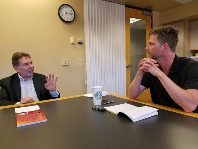 Gerard Janssen in gesprek met Robert Cialdini (links).