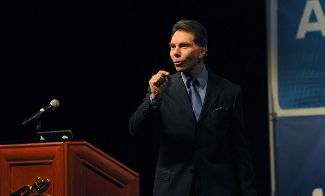 Robert Cialdini als spreker tijdens het congres Affiliate Summit West 2010. Foto: Affiliate Summit (CC by 2.0).