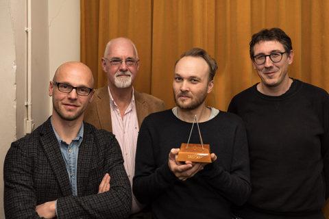 Arjen Lubach kreeg de piramidependel uitgereikt door een delegatie van het bestuur van Skepsis. Foto: Skepsis.